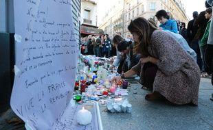 Scènes de recueillement le 15 novembre 2015 à Paris après la série d'attentats qui a fait au moins 129 morts. Des anonymes déposent fleurs, bougies et dessins devant Le Carillon et le Petit Cambodge.