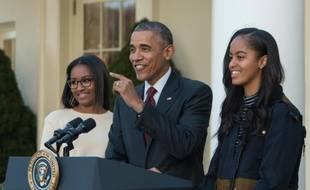 Barack Obama, entouré de ses filles Malia (d) et Sasha (g), le 25 novembre 2015, à Washington DC
