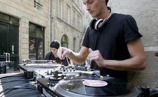Illustration d'un DJ  dans les rues de Bordeaux lors d'une des précédentes fêtes de la musique.