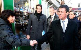 """Le ministre de l'Intérieur Manuel Valls en a appelé """"à la prudence des commerçants"""" qui seraient tentés de se protéger eux-mêmes en réaffirmant le rôle de la puissance publique, vendredi à Sézanne (Marne) une semaine après la mort d'un braqueur tué par un bijoutier."""