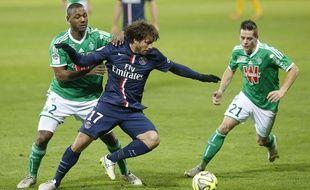 Maxwell au duel avec deux Stéphanois lors du match entre le PSG et Saint-Etienne le 25 janvier 2015.