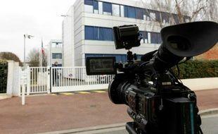 Une caméra de TV française devant le siège du FN à Nanterre, dans les Hauts-de-Seine, le 17 février 2016