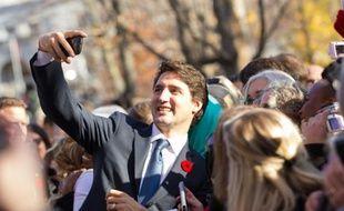 Le Premier ministre canadien Justin Trudeau se prend en selfie le 4 novembre 2015 après sa prise de fonction