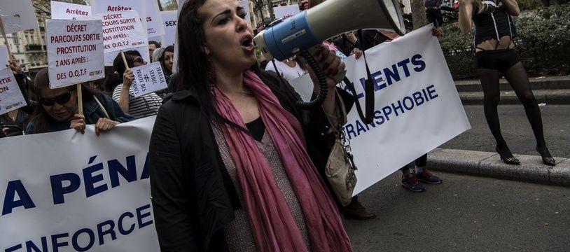 Des dizaines de travailleurs du sexe ont manifesté samedi 14 avril à Paris.