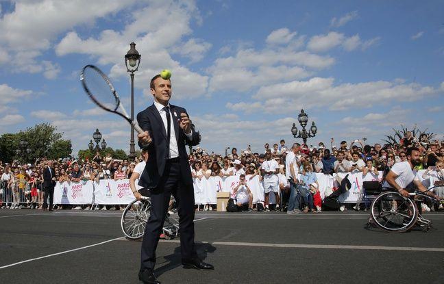 Emmanuel Macron joue au tennis sur le pont Alexandre-III à Paris, le 24 juin 2017.
