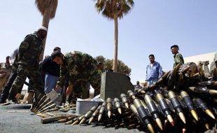 Des combattants volontaires dans un camp d'insurgés libyens à Benghazi (Libye), le 13 avril 2011.