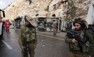 Au moins huit enfants palestiniens et une enseignante de Jérusalem-Est circulant à bord d'un autobus scolaire en Cisjordanie ont été tués jeudi dans une collision avec un camion, a-t-on appris de sources policières israéliennes et médicales palestiniennes.