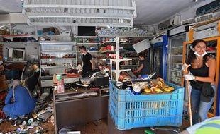 Des bénévoles nettoient les débris dans un magasin du quartier de Gemmayzé, dans la capitale libanaise, le 6 août 2020.