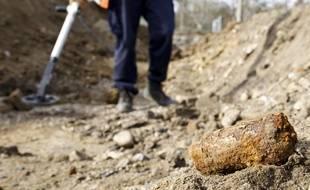 Un vieil obus déterré à l'occasion de travaux de terrassement. Illustration