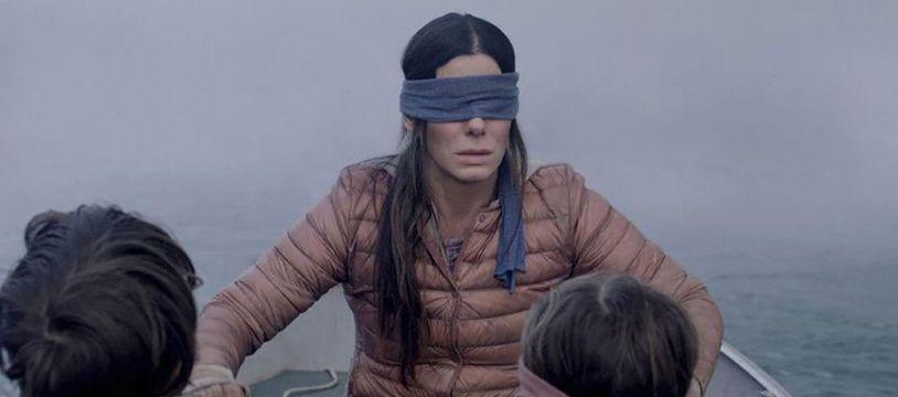 Dans le film «Bird Box», le personnage principal, interprété par Sandra Bullock, passe la quasi-totalité du film avec un bandeau sur les yeux pour échapper à un monstre.