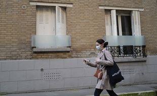 Une femme portant un masque pour lutter contre le coronavirus.
