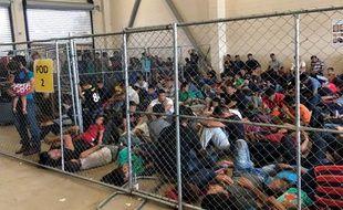 Des migrants détenus dans le centre de McAllen, au Texas.