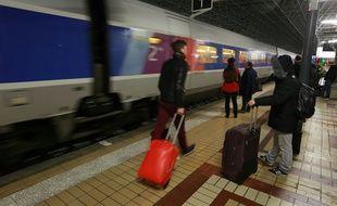 Des passagers du TGV dans la gare de Bordeaux, le 6 mars 2016.