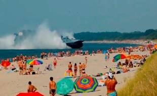 Un aéroglisseur a effectué des exercices sur une plage bondée près de Kaliningrad, le 18 août 2013.