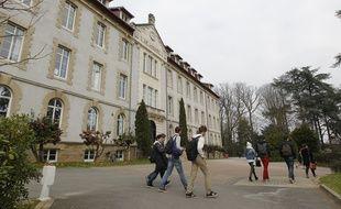 Photo d'illustration d'adolescents devant un collège.