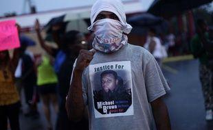 Un manifestant porte un t-shirt à l'effigie de Michael Brown, le 15 août 2014 à Ferguson, dans le Missouri.
