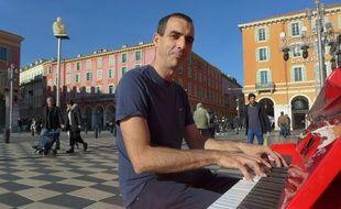 Le Niçois Steve Villa-Massone pose son piano sur la place Massena.