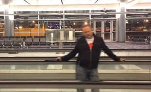 Richard Dunn a tourné un clip dans l'aéroport de Las Vegas.
