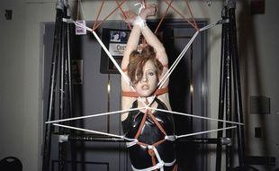 Une femme attachée lors d'un festival bondage et fétichisme aux Etats-Unis.
