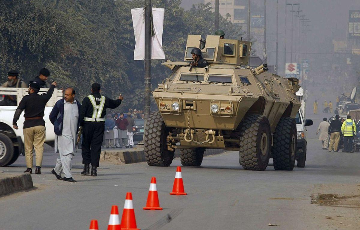 Les forces armées pakistanaises interviennent le 16 décembre 2014 à Peshawar après l'attaque d'une école. – Mohammad Sajjad/AP/SIPA