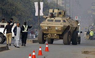 Les forces armées pakistanaises interviennent le 16 décembre 2014 à Peshawar après l'attaque d'une école.