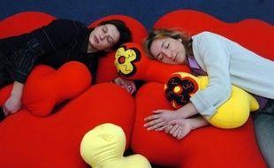 Les Français dorment de moins en moins, grignotant chaque année quelques minutes sur la durée de leur sommeil quotidien descendue cette année en-dessous de sept heures en semaine.