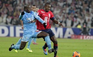 Le lillois Salomon Kalou à la lutte avec le marseillais Souleymane Diawara lors du match Losc-Om en 2013.