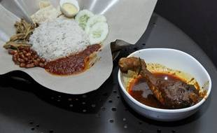 Un plat de poulet Rendang.