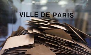 Une urne pleine de bulletins de vote à Paris.