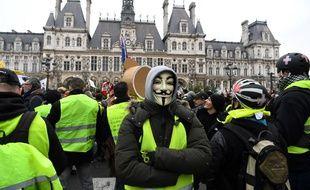 A  proximité de l'Hôtel de Ville, des manifestants ont jeté des projectiles sur les forces de l'ordre lors de