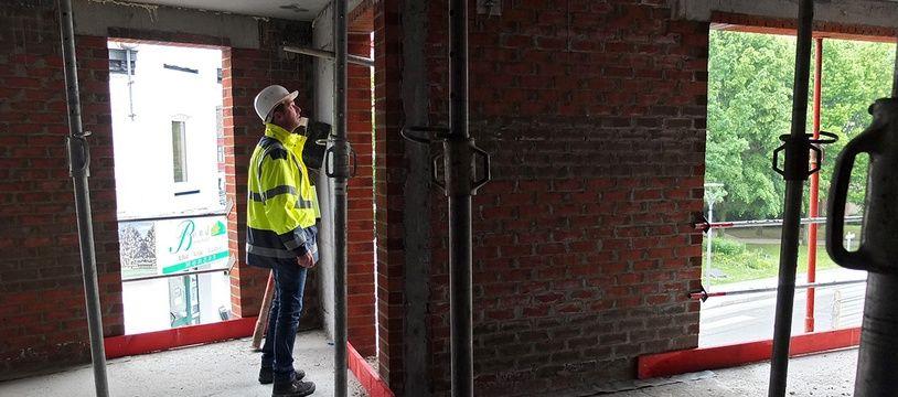 Un inspecteur du travail contrôle un chantier de BTP près de Lille.