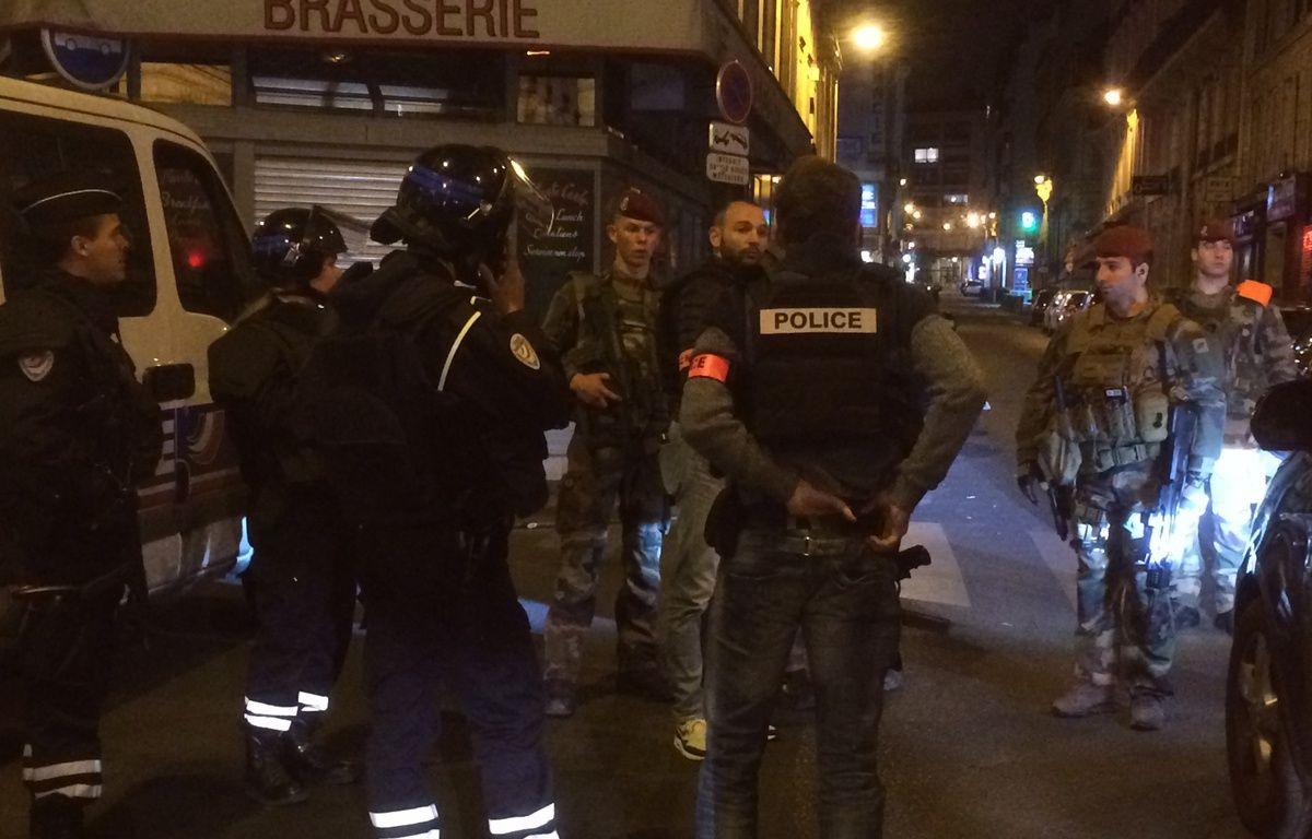 Une fusillade sur les Champs-Elysées. Des policiers bloquent les accès, rue de la Boétie. – F. Hernandez