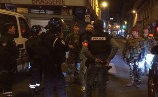 Une fusillade sur les Champs-Elysées. Des policiers bloquent les accès, rue de la Boétie.