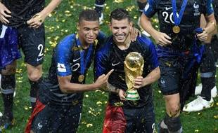 Kylian Mbappé et Lucas Hernadez soulevant la Coupe du Monde, le 15 juillet 2018.