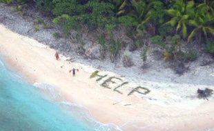 Une photo des trois naufragés secourus le jeudi 7 avril 2016 sur une île déserte du Pacifique.