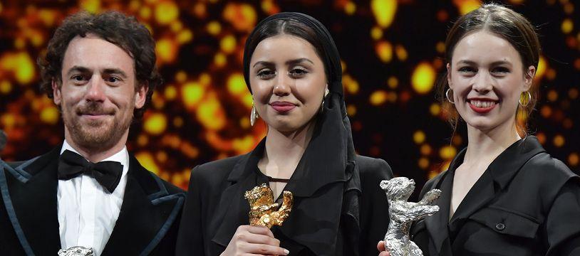 Elio Germano (à g.) et Paula Beer (à dr.), Ours d'argent du meilleur acteur et de la meilleure actrice 2020 entourent  Baran Rasoulof venue recevoir l'Ours d'or au nom de Mohammad Rasoulof.