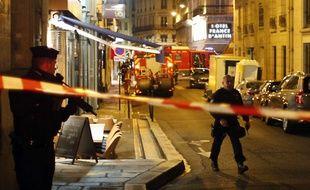 La police a établi un périmètre de sécurité après l'attaque au couteau à Paris dans le quartier de l'Opéra, le 12 mai 2018.