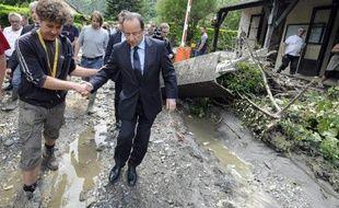 Les intempéries ont fait trois morts dans le Sud-Ouest et la cité mariale de Lourdes a laissé entrevoir des sanctuaires dévastés, tout comme de nombreuses cultures, situations face auxquelles le président François Hollande a promis la solidarité de l'Etat.