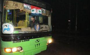 L'un des bus mis en place pour l'évacuation des civils et rebelles d'Alep-est, le 13 décembre 2016.