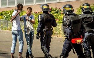 De jeunes résidents du quartier de la Bourgogne à Tourcoing face à des CRS, le 4 juin 2015