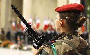 Une femme militaire.