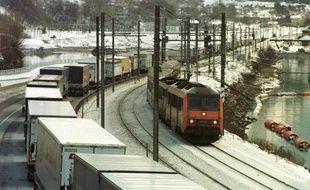 """Le projet de Schéma national des infrastructures de transports (Snit) fixant les orientations de l'Etat en termes de transports est """"insuffisant"""" pour combattre les gaz à effet de serre, estime le Conseil économique social et environnemental (Cese) dans un avis examiné mardi."""