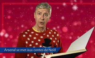 Arsène Wenger, l'entraîneur d'Arsenal, lisant des comtes de Noël.