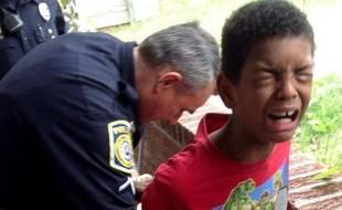 Sean, 10 ans, menotté par la police sur demande de sa mère.