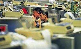 L'euro et les Bourses asiatiques ont reculé lundi à cause des défaites des partis au pouvoir aux élections française et grecque, les investisseurs craignant une remise en cause de l'austérité européenne face à la crise de la dette.