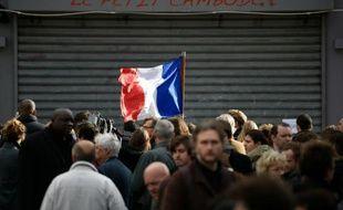 Minute de silence devant l'un des établissements touchés par les attentats de Paris, le 16 novembre 2015