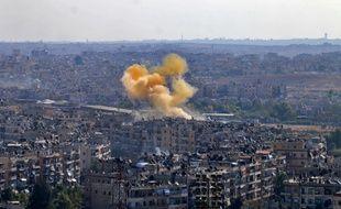 De la fumée s'élève d'un endroit désigné comme corridor humanitaire à Alep, le 20 octobre 2016.