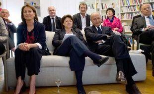 """Réunis dans le bureau de la première secrétaire PS Martine Aubry, les dirigeants socialistes ont été unanimes mercredi à saluer la """"performance"""" de leur champion François Hollande lors du duel télévisé avec Nicolas Sarkozy, à l'unisson des militants rassemblés dans la cour de Solférino."""