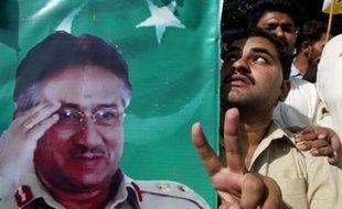Le chef de l'Etat pakistanais Pervez Musharraf a remporté samedi l'élection présidentielle, ont annoncé des responsables gouvernementaux et la télévision d'Etat, mais les résultats officiels ne peuvent pas être proclamés avant un jugement de la Cour suprême sur son éligibilité.