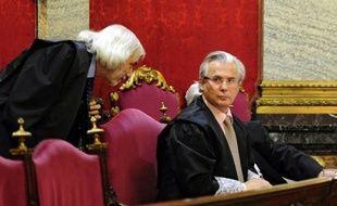 Le juge Baltasar Garzon, connu dans le monde entier pour avoir défendu les droits de l'Homme et tenté d'enquêter sur le douloureux passé franquiste de l'Espagne, s'est assis mardi sur le banc des accusés pour deux procès successifs qui risquent de mettre fin à sa carrière.